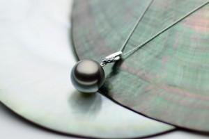 琉球真珠 黒蝶真珠ペンダント Rマーク刻印入り オリジナルデザイン